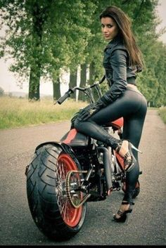 Biker girl with a toned body ready to ride a Harley Davidson. Biker Chick, Biker Girl, Motos Sexy, Chicks On Bikes, Mädchen In Bikinis, Hot Bikes, Models, Motorcycle Girls, Girls On Motorcycles
