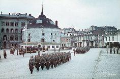Under fortsättningskriget kunde den finska krigsmakten återta den gamla svensk-finska utposten i öster, Viborg. Här en finsk parad den 31 augusti 1941 efter återerövrandet av staden 1941. I bokpaketet kan du läsa om den svensk-finska expansionen österut och vilken betydelse Viborg hade. Bildkälla SA-Kuva.
