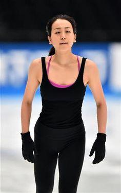 引き締まった表情で公式練習に臨む浅田真央=さいたまスーパーアリーナ (281×450) 「真央、復帰戦へ「自分の思っている以上に良かった」」 http://www.sanspo.com/sports/news/20151002/fgr15100219500005-n1.html