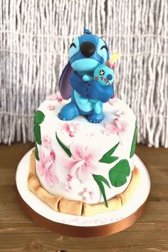 Lilo & Stitch cake - Disney -You can find Disney cakes and more on our website. Lilo And Stitch Cake, Lilo Ve Stitch, Disney Stitch, Beautiful Cakes, Amazing Cakes, Cake Disney, Gateau Harry Potter, Cute Desserts, Cute Cakes
