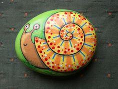 Kedibu Murales y Objetos Decorativos: Piedras pintadas: serpiente enroscada y caracol