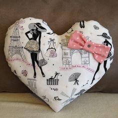 """Coussin coeur """"la parisienne"""" chic et rétro N°2 tissu noir à pois et son noeud assorti : Textiles et tapis par nymeria-creation"""
