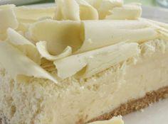 Receita de Bolo Gelado de Chocolate Branco - bolo ao meio com uma linha e separe as partes. Na parte de baixo adicione o recheio e coloque a outra parte do bolo em cima. Cubra o bolo com o...