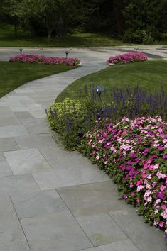 Mounting a Block or Paver Walkway – Outdoor Patio Decor Slate Walkway, Outdoor Walkway, Paver Walkway, Front Walkway, Front Yard Landscaping, Landscaping Ideas, Brick Pathway, Concrete Walkway, Outdoor Steps