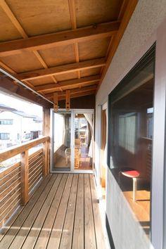 東西につながる2階のテラス。中央は寝室の広縁部分。その奥に書斎のテラスがある。