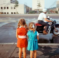 Germany, Berlin: – Two girls standing next to a main road in Berlin, watchingthe passing traffic. Photo, by Klaus Morgenstern. Girl Standing, Akg, Retro Color, Two Girls, Hipster, Couple Photos, Germany Berlin, Vintage, Instagram