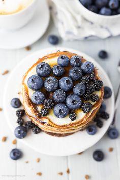 Diese Protein-Pancakes mit Blaubeeren und Buttermilch sorgen für die extra Portion Eiweiß am Morgen, damit Du gestärkt in den Tag startest. Tolle Produkte für Deinen Frühstückstisch findest Du online in unserem Shop: https://gegessenwirdimmer.de/