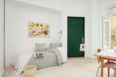Un dormitorio en gris y blanco con toques de madera y ocre muy lindo!