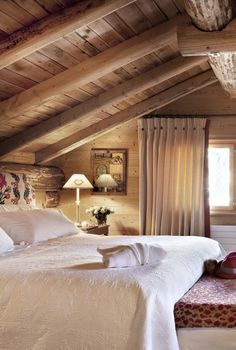 Mountain chalet atmosphere - Trendy Home Decorations - cottage bedroom Chalet Design, Chalet Style, Cabin Homes, Log Homes, Attic Renovation, Cabins And Cottages, Trendy Home, Beautiful Bedrooms, Cozy House