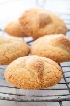 Galletas de almendra- 2 claras de huevo 50 gr de azúcar blanco 50 gr de azúcar glacé 40 gr de almendras Azúcar blanco para espolvorear