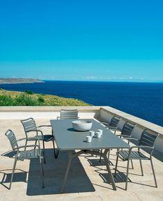 Une table au style contemporain parfaite pour les grandes tablées d'été