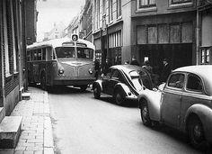 Binnenstad 1953 | Nabij Trans, was de smalle Korte Nieuwstraat een 'flessenhals' voor het elkaar passerende verkeer