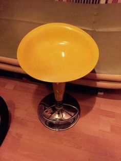 48 zł: Fotel żółty obrotowy, stan 9/10. Jeżeli macie jakieś pytania proszę pisać.