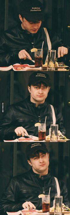 Daniel Radcliffe (Harry Potter) sees you 😅. Arte Do Harry Potter, Theme Harry Potter, Yer A Wizard Harry, Harry Potter Jokes, Harry Potter Cast, Harry Potter Universal, Harry Potter Fandom, Harry Potter World, Daniel Radcliffe Harry Potter