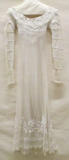 Gown of white muslin or cotton muslin, with collar of 18th-century-fil tiré embroidery on tulle, long sleeves 'à la Mameluk..circa 1816-1820