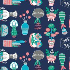 Tela 100% algodón de primera calidad de Camelot Fabrics (USA). Divertidas macetas con diferentes tipos de plantes y cactus sobre fondo azul oscuro.  Ancho 110 cm. El patrón se repite cada 20,6 x 10 cm (anxal). El cactus con tiesto blanco mide 4,4 cm de alto.  Es ligera, ideal para patchwork, confección, decoración y otros proyectos de costura.