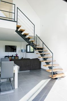 Type d'escalier : Escalier 1/4 tournant à limon central en métal RAL Matière : Métal Matière des marches : Chêne Garde-corps : en acier, remplissage à câble et fixation traversante. Réalisé en trois pans, deux dans l'escalier et un sur la mezzanine Type de chantier : Construction Voir les autres escaliers Un escalier 1/4 tournant harmonieux. La photo met bien