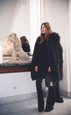 Du luxe à portée de main : Maja Wyh porte le sac seau Ricky Ralph Lauren lors de la Fashion Week de Milan