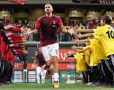 """137.2 k mentions J'aime, 151 commentaires - AC Milan (@acmilan) sur Instagram: """"High five, Captain @bonuccileo19 ⚫️ #MilanSpal"""""""