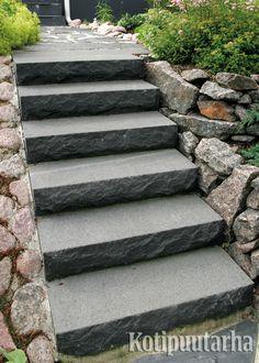 Tyylikkäät sisääntulon portaat voidaan tehdä teollisesti muotoillusta betoni- tai luonnonkivestä. www.kotipuutarha.fi