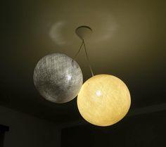 Lampade di diversa grandezza realizzate a mano con fili di cotone