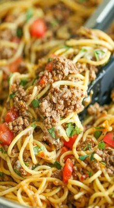 spaghetti recipes One Pot Taco Spaghetti - All your favorite flavors of tacos in spaghetti form - made in ONE PAN! So cheesy, comforting and stinking easy with no Taco Spaghetti, Spaghetti Recipes, Spaghetti Squash, Making Spaghetti, Spaghetti Lasagna, Spaghetti Bolognese, Beef Dishes, Food Dishes, Pasta Dishes