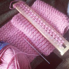 Pasos básicos. Cómo hacer una bufanda con un telar maya o azteca ~ Lorion. Los mundos de Chary Loom Knitting Stitches, Knifty Knitter, Loom Knitting Projects, Arm Knitting, Loom Crochet, Crochet Quilt, Crochet Videos, Laine Chunky, Loom Patterns