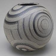 Junko Kitamura (Japon) - Cette céramiste japonaise décore ses pièces avec un bâton de bambou taillé et pointu qui lui sert à imprimer ses motifs par points juxtaposés.