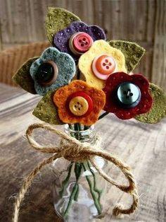 Flores de feltro e botão via Urban Paisley. Felt Crafts, Crafts To Make, Fabric Crafts, Sewing Crafts, Crafts For Kids, Diy Crafts, Xmas Crafts, Halloween Crafts, Button Flowers