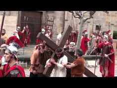 Encuentro con la Virgen y primera caida de Jesús. El papel de Jesús de Nazaret lo interpreta Juan Ramón González y  su madre, Paquita Nieto interpreta el papel de la Virgen. Jesús empieza su Via Crucis «camino de la cruz»