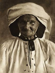 Romania - old photos - by Kurt Hielscher Vintage Photographs, Vintage Photos, History Of Romania, Romania People, Transylvania Romania, Old Faces, Culture Club, Folk Fashion, People Of The World