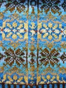 It is the practice in traditional Fair Isle knitting to place the motifs in a sweater so they fit perfectly into an unbroken circle around the pullover. This requires attention to several details: the size of the motif, the centering. Fair Isle Knitting Patterns, Knitting Charts, Knitting Designs, Knitting Stitches, Knit Patterns, Free Knitting, Knitting Projects, Sock Knitting, Knitting Tutorials