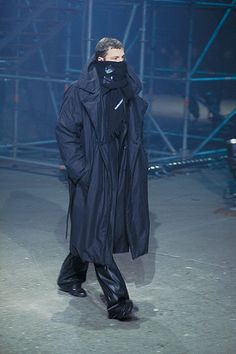 See the complete Raf Simons Fall 2001 Menswear collection.