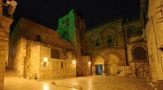 El Santo Sepulcro en la soledad de la noche...