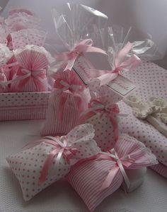 Estes são lindos e singelo saches perfumados para gaveta.    São lembrancinhas confeccionadas com tecidos de estampas graciosas e cores delicadas.    O acabamento de cada sache é feito com rendinha nas bordas e laço de fita duplo.    Confeccionamos também em outras cores e estampas. Consulte-nos!...