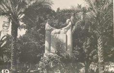 ساحة الشهداء عام 1942 - تمثال لمرأتين واحدة مسيحية وواحدة مسلمة (وضع تمثال الشهداء مكانه)