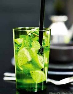 Mojito sans alcool pour 4 personnes - Recettes Elle à Table - Expolore the best and the special ideas about Cocktails Blue Drinks, Summer Drinks, Cocktail Drinks, Mixed Drinks, Cocktail Recipes, Easy Alcoholic Drinks, Virgin Mojito, Vegetable Drinks, Frappe