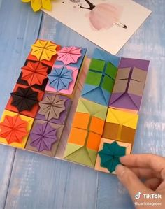 Cool Paper Crafts, Paper Crafts Origami, Diy Crafts For Gifts, Cardboard Crafts, Diy Arts And Crafts, Creative Crafts, Origami Wall Art, Instruções Origami, Origami Videos