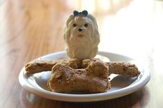 5 ingredients to avoid putting in your homemade dog cookies Dog Biscuit Recipes, Dog Treat Recipes, Dog Food Recipes, Diy Dog Treats, Homemade Dog Treats, Homemade Food, Puppy Cake, Dog Cookies, Dog Biscuits