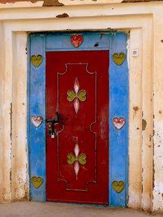 Porte en fer forgé rouge, bleu et jaune