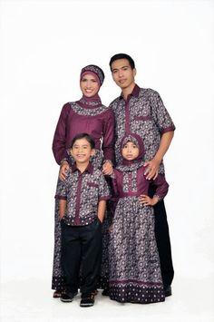 Memakai baju muslim keluarga untuk bapak ibu dan anak saat datang ke sebuah acara keluarga besar merupakan salah satu bentuk kekompakan kel... Mom Daughter Matching Dresses, Little Girl Dresses, Girls Dresses, Modest Fashion, Hijab Fashion, Batik Muslim, Batik Couple, Batik Fashion, Batik Dress