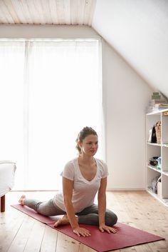 Yoga: 4 postures faciles à pratiquer à la maison en 15 minutes / On est à la maison et on a 15 minutes devant soi? Il est facile d'apprendre ces 4 postures de yoga et de ressentir immédiatement leurs effets bénéfiques sur le corps et l'esprit.