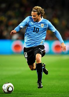 Legenda Timnas Uruguay akhhirnya mengakhiri masa lajangnya, Diego Forlan meminang Paz Cardaso yang atlet hoki pada hari Rabu 3 Juli 2013, Selamat ya Forlan! #NexSoccer Bola