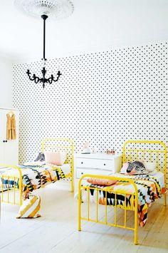 Keltainen talo rannalla: Modernia, väriä ja vintagea