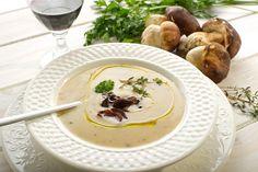 Každý kraj, každá časť Slovenska, dokonca i každá obec má svoj špeciálny recept na hríbovú polievku. Jedla som ich už veľa, ale uvarená podľa receptu mojej svokry z Gemera je aj tak najlepšia. V polievke samozrejme nesmú chýbať hríby, ale základom dobrej chuti je kvalitná domáca údená klobása. Čo teda potrebujeme: 2 hrste sušených hríbov 1 väčšia domáca údená klobása 1 šľahačková smotana 2 bobkové listy 4 stredné zemiaky 3 lyžice hl. múky na zahustenie soľ korenie ocot cibuľa Hríby asi hodinu pr Panna Cotta, Ethnic Recipes, Dulce De Leche