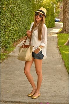Discover and organize outfit ideas for your clothes. Decide your daily outfit with your wardrobe clothes, and discover the most inspiring personal style Look Short Jeans, Look Con Short, Cool Summer Outfits, Spring Outfits, Beach Outfits, Outfits With Hats, Short Outfits, Look Fashion, Fashion Outfits