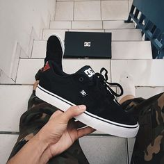 A imagem pode conter: sapatos Shoe Boots, Shoes Sandals, Shoes Sneakers, Dc Shoes Men, Dc Tenis, Cute Shoes, Me Too Shoes, Sneakers Fashion, Fashion Shoes