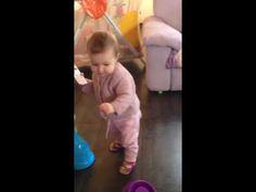 Bambina cammina con il telefono - YouTube