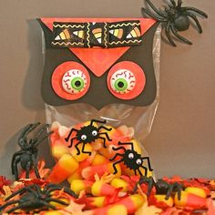 Handmade Halloween Owl Treat Bags and Favors - Learn how to make handmade owl treat bags and party favors perfect for Halloween or a fall event. #diy #halloweencrafts