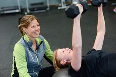 You may be thinking about hiring a personal trainer to help you lose weight and get fit. A trainer can be a great investment in your health but you might not be sure what to expect. Here are five things trainers want you to know before your first session. Workout Routines For Women, Daily Exercise Routines, Gym Routine, Cardio, Videos Yoga, Coach Sportif, Coaching, Lose Weight Quick, Strength Workout